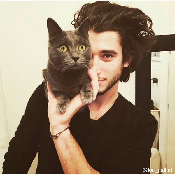 13 красивых парней со своими котами